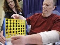 Muž s transplantovanými rukami chce, aby mu ich odstránili