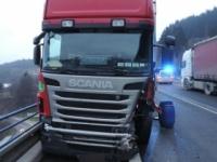 V Prahe sa zrazili dva kamióny a autobus s Holanďanmi