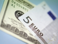 Dolár oslabil oproti jenu aj voči euru